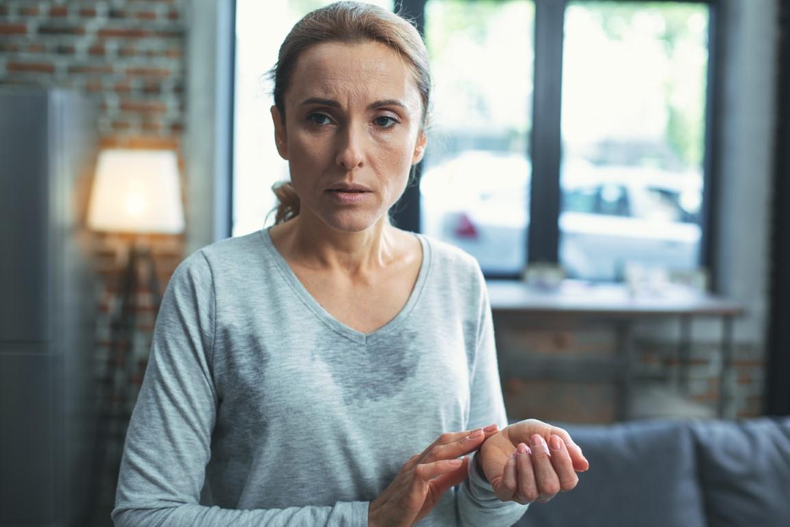 femme menopause qui a des bouffées de chaleur