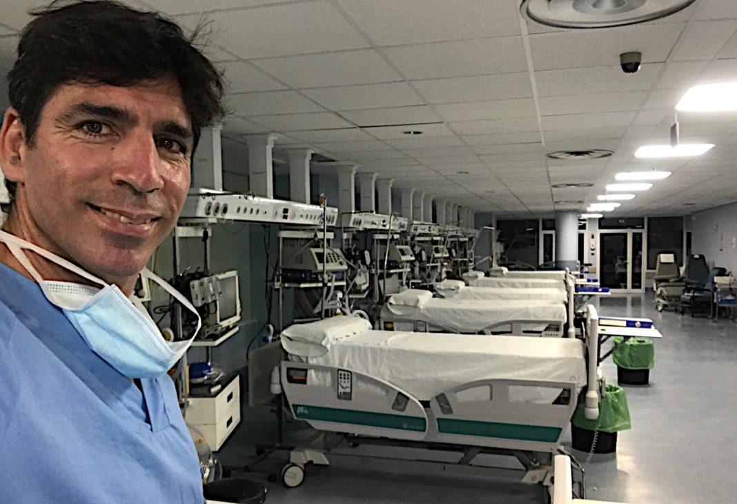 El enfermero de emergencias, Alejandro Blanco, en una UCI vacía del Hospital Clínico Universitario San Carlos de Madrid en junio de 2020